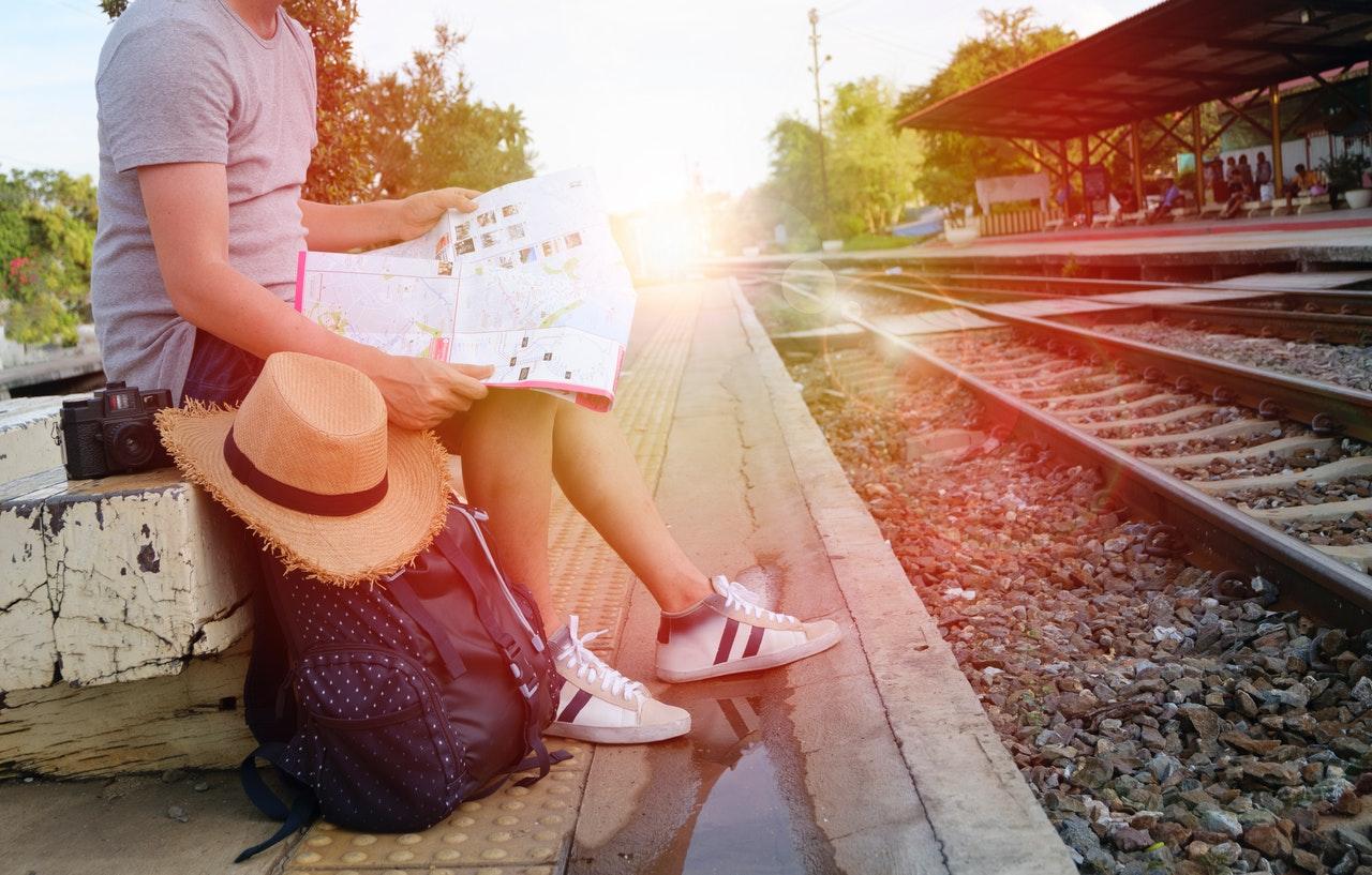 rejsende med rygsæk og kort