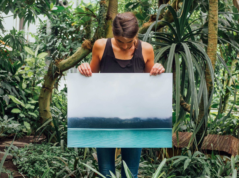 kvinde holder billede