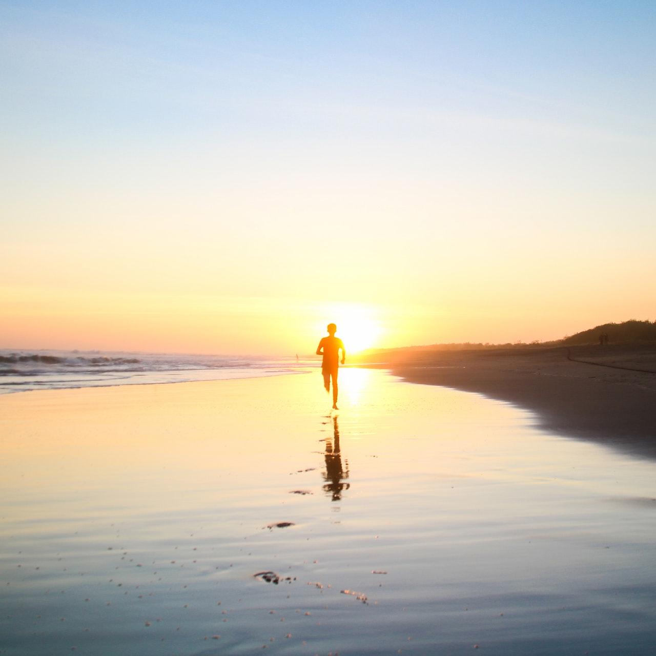 løber på stranden